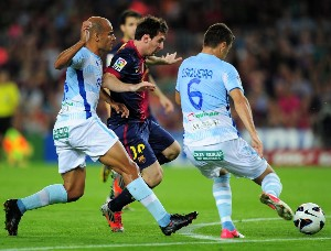 messi battles with siqueira and rico