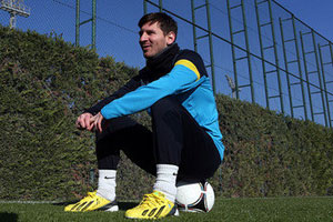 leo messi relaxing after breaking muller's record